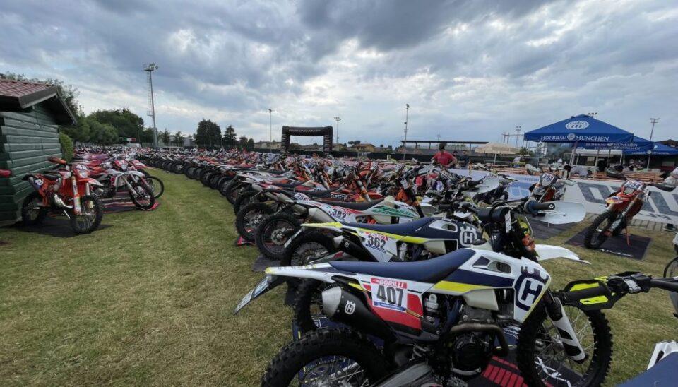 il parco chiuso con 330 moto schierate